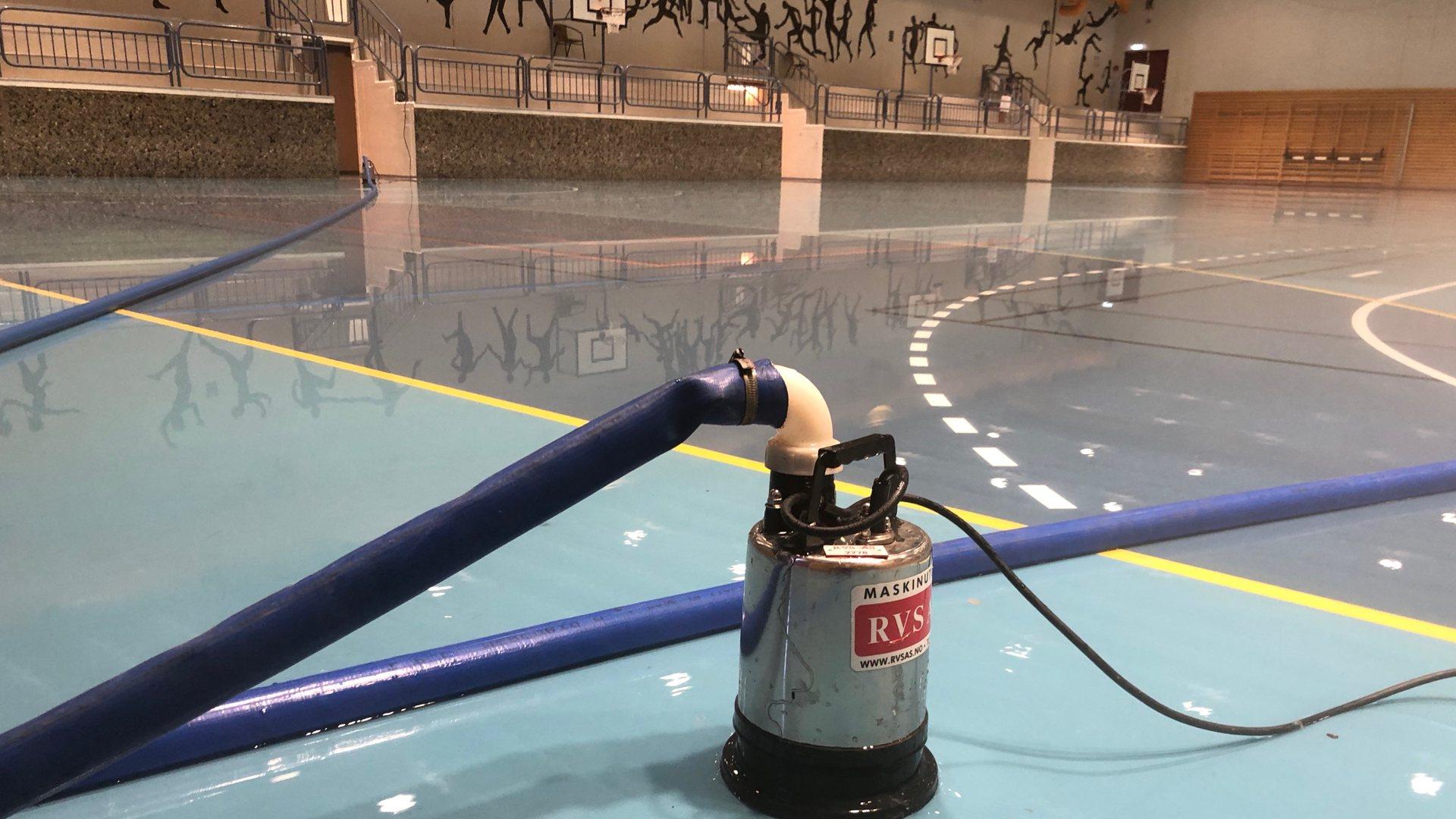 Stor vannlekkasje i Modumhallen