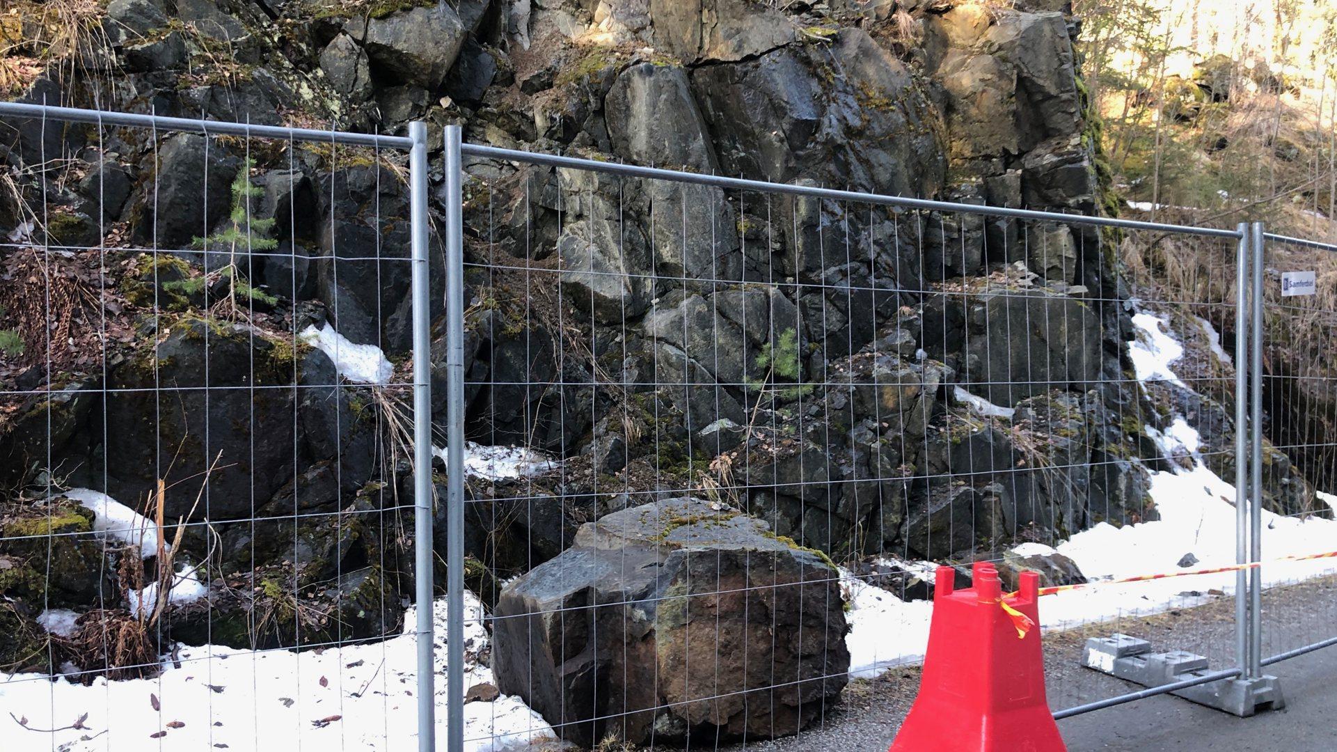 Steinblokk på rundt et tonn raste ut på gang og sykkelvei