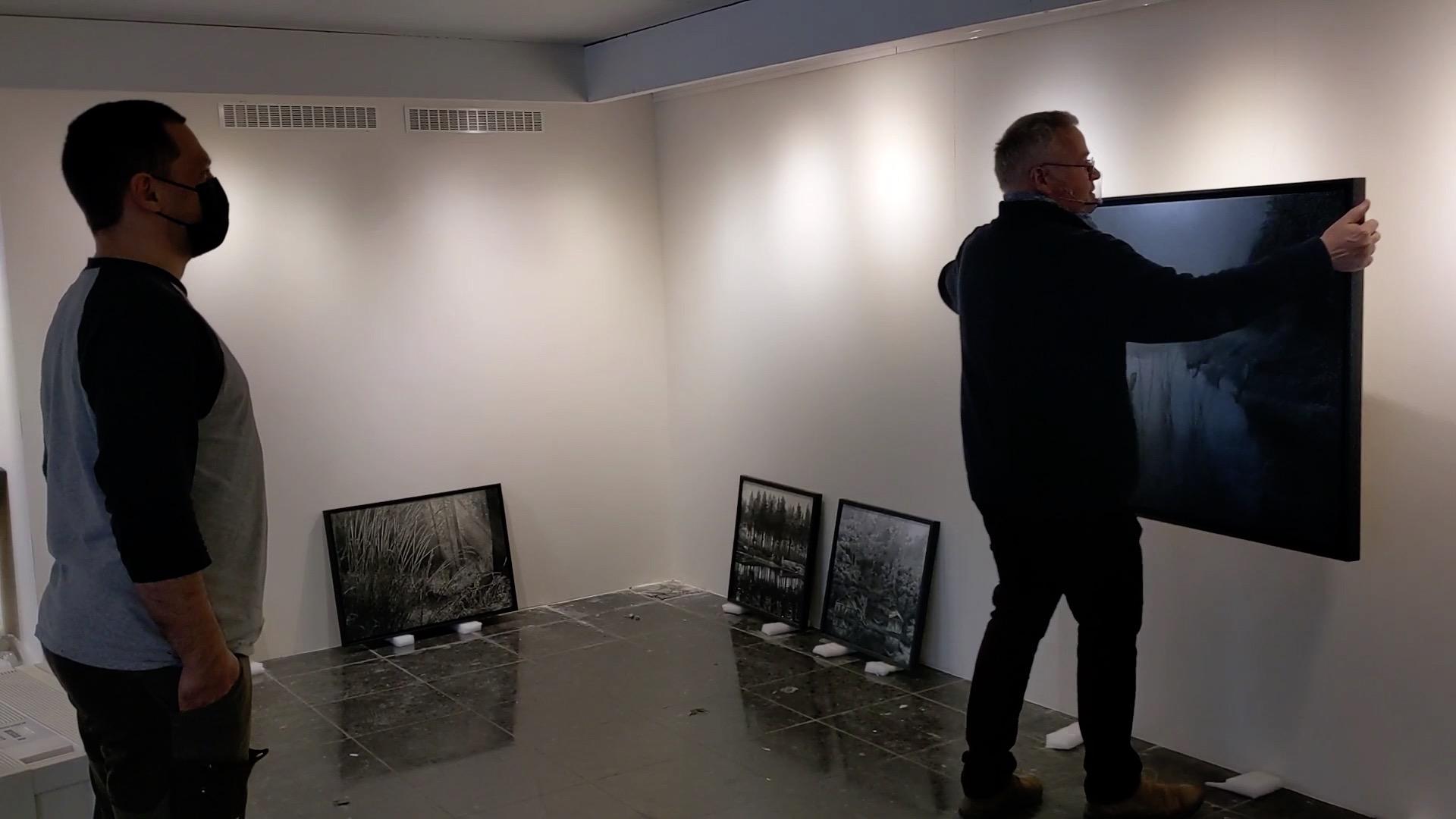 Montering av Danny Larsens kunst på Kittelsen-museet