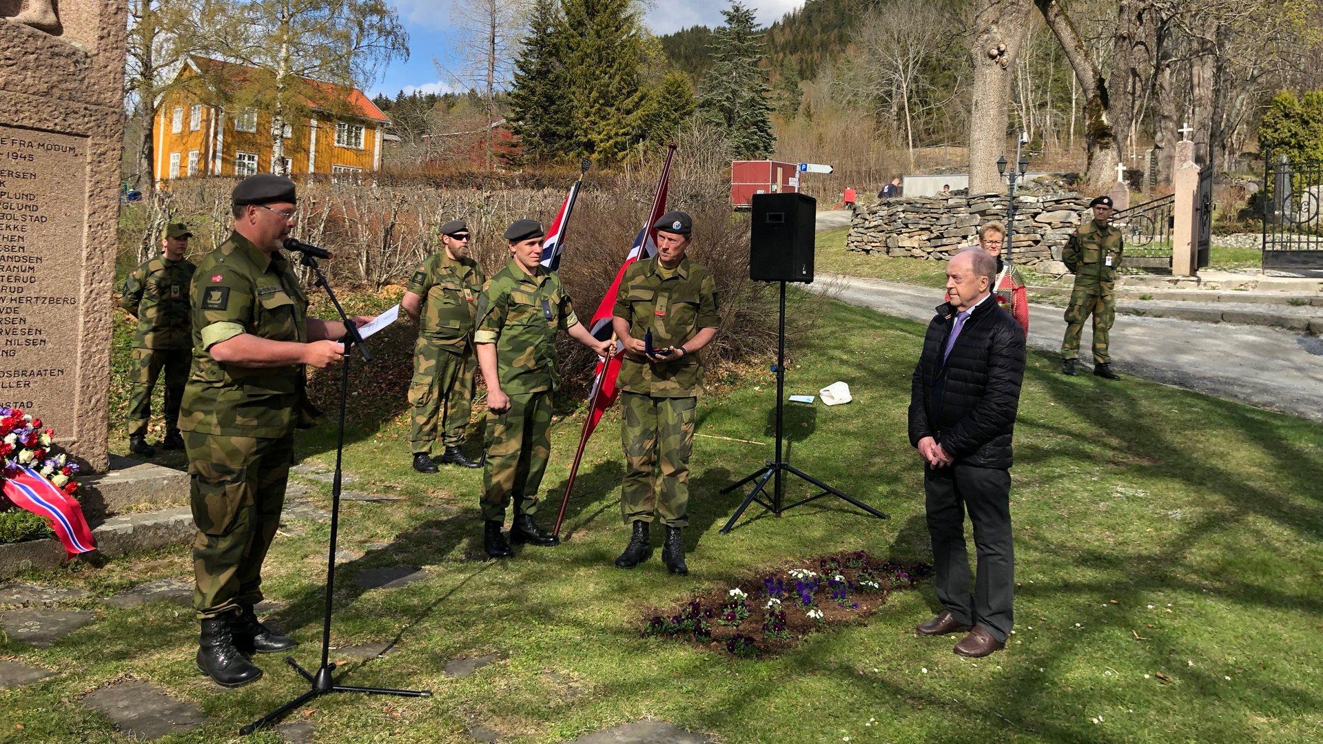 Se utdrag fra 8.mai-markeringen i Modum. Delte ut medaljer til veteraner