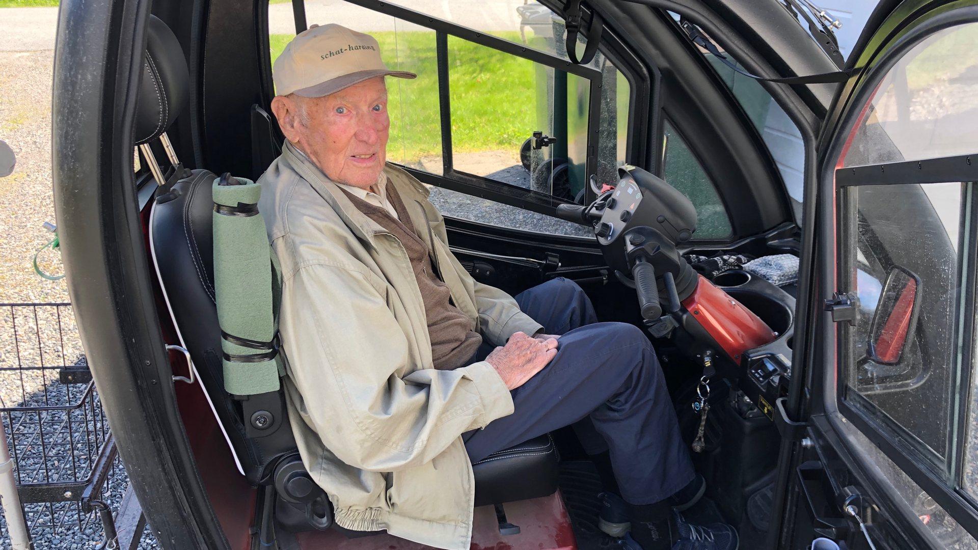 Alderen er ingen hindring for 100-åringen Kjetil. -Jeg må ut på tur hver eneste dag
