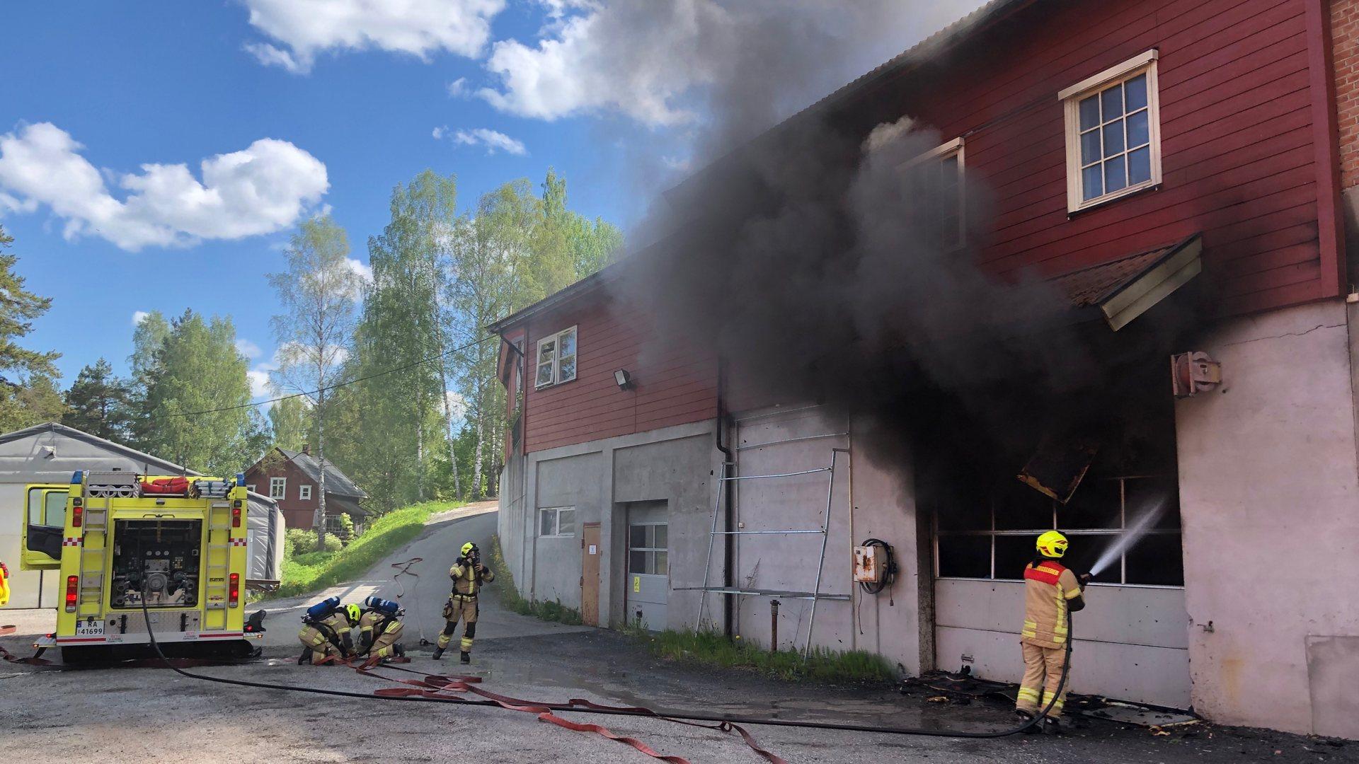 Brann i næringsbygg i Åmot