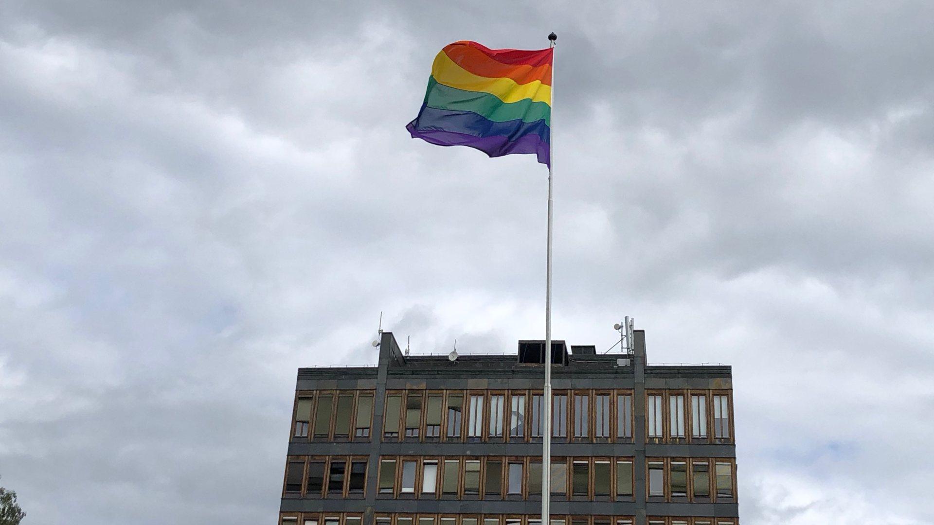 Prideflagg ved rådhuset