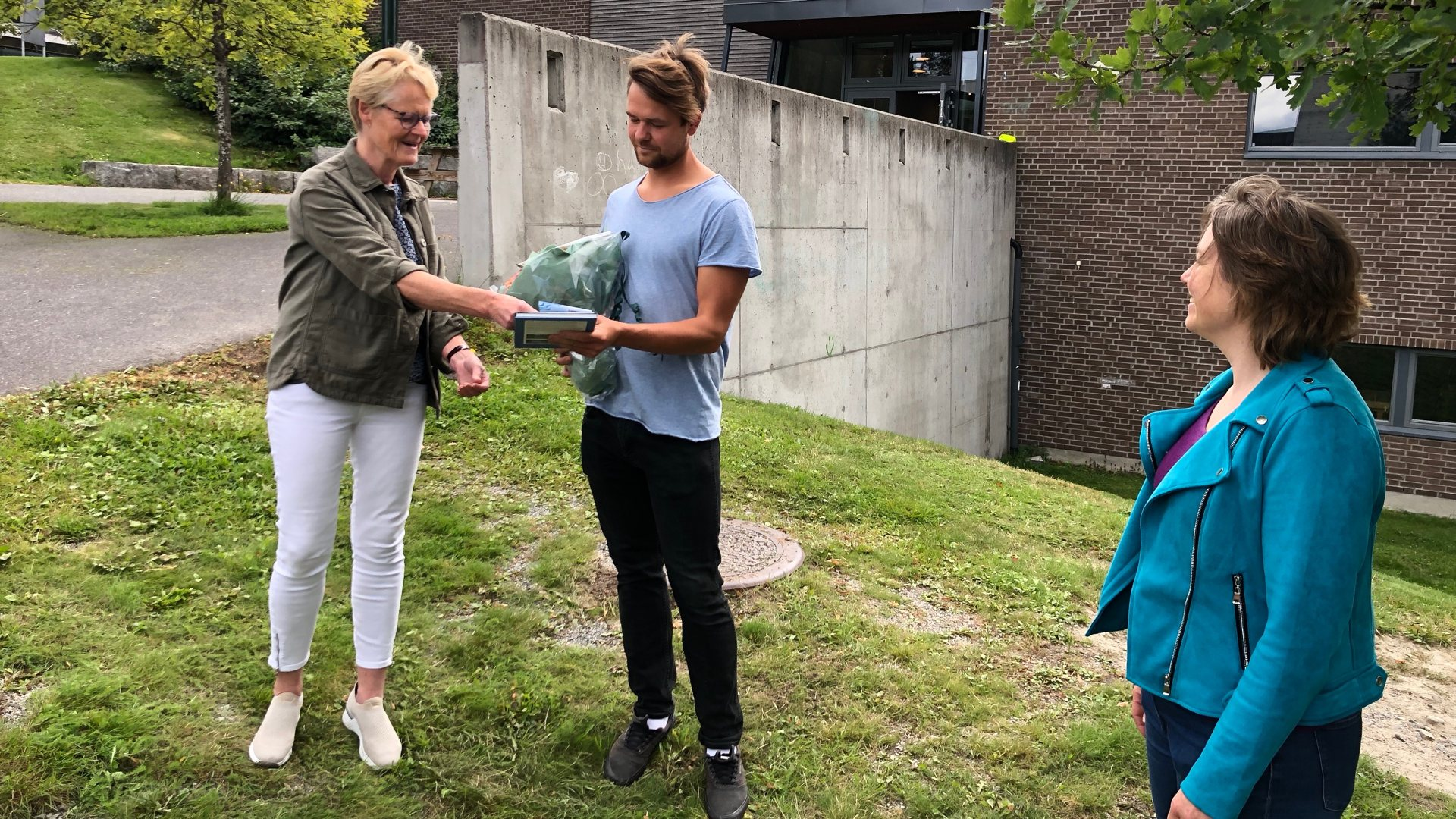 Ola ble moing nummer 10.000 som har fått første stikk. Fikk blomster av ordføreren